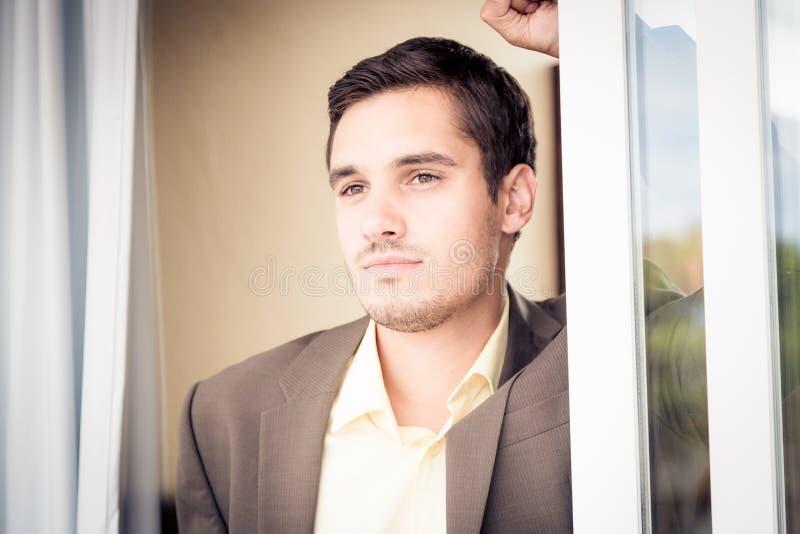 Homme d'affaires dans la chambre d'hôtel image stock