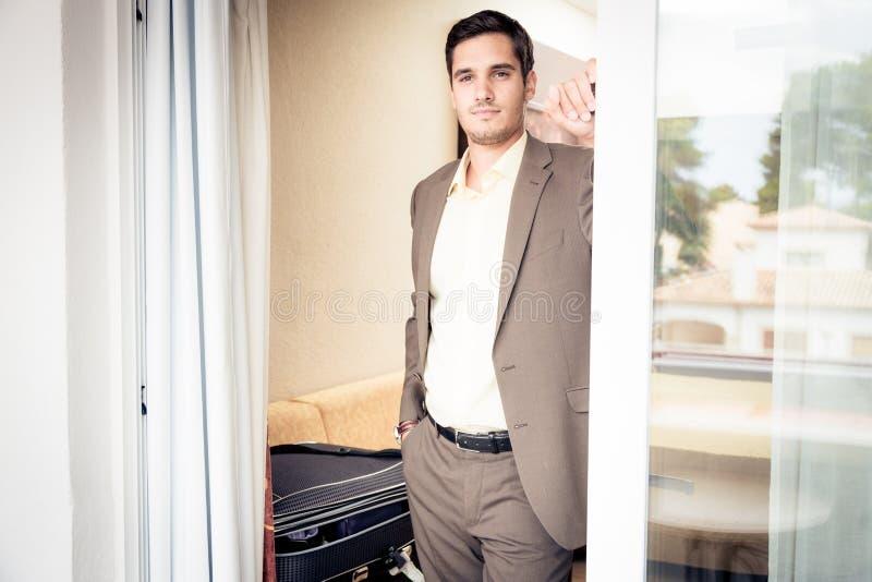 Homme d'affaires dans la chambre d'hôtel photographie stock libre de droits