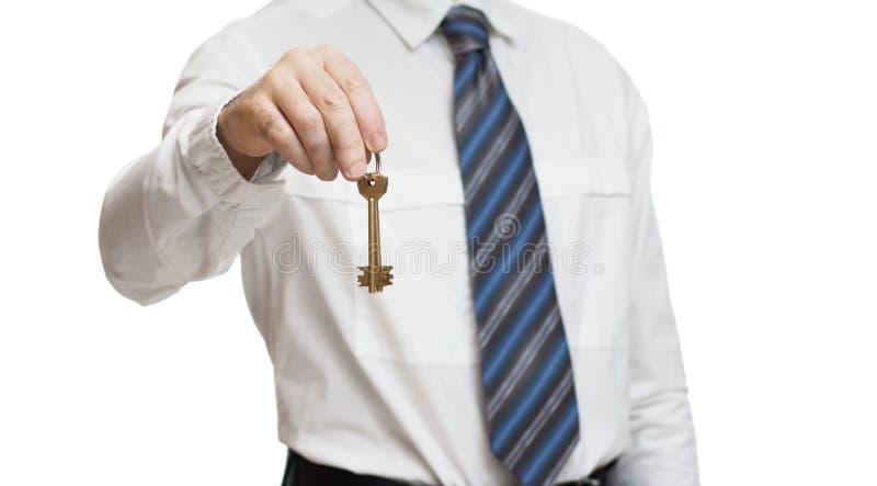 Homme d'affaires dans la chemise blanche tenant des clés de maison photographie stock