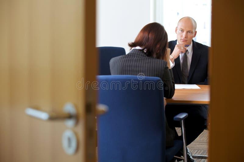 Homme d'affaires dans la discussion avec la femme d'affaires photo libre de droits