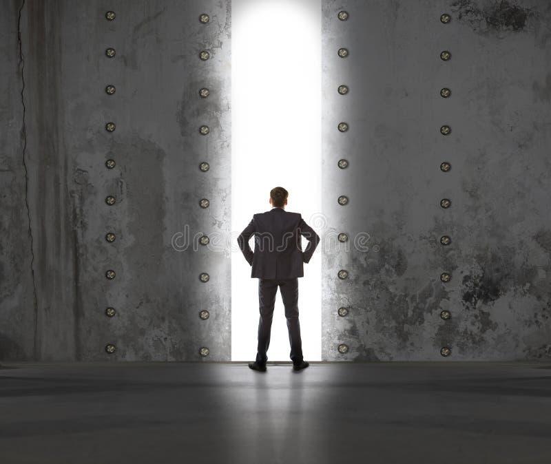 Homme d'affaires dans la lumière de sortie photos stock