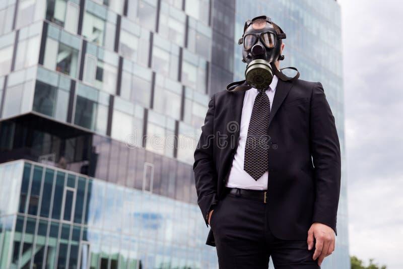 Homme d'affaires dans la ville utilisant un masque de gaz sur le visage image libre de droits