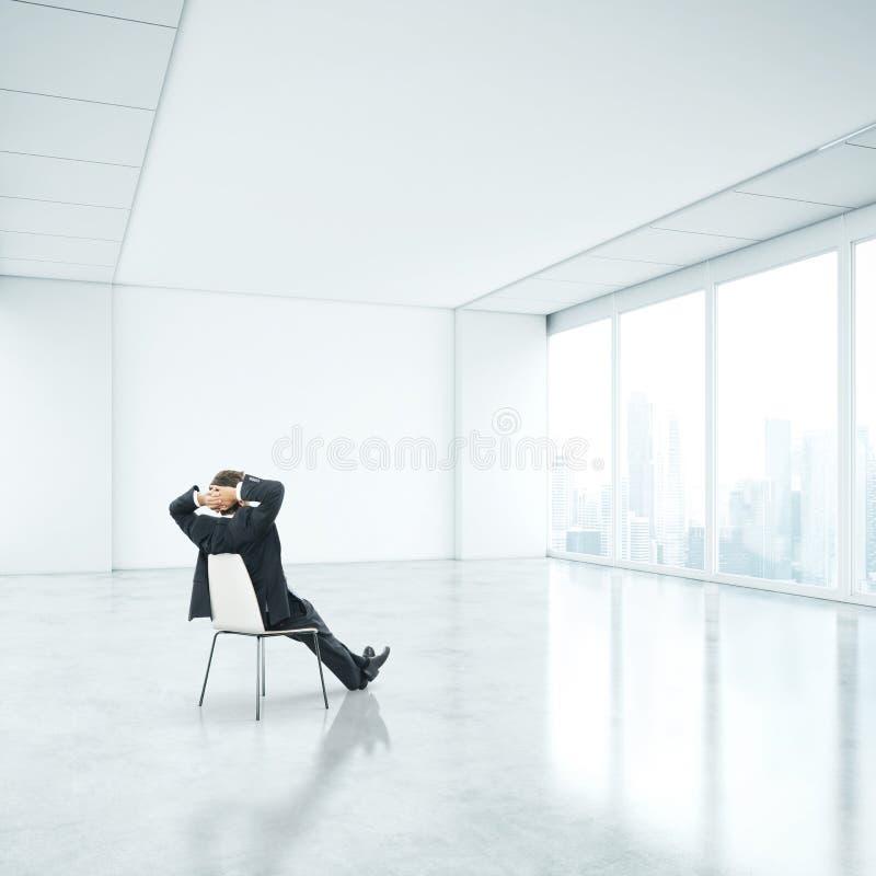 Homme d'affaires dans le bureau et regard par la fenêtre images libres de droits