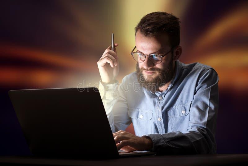 Homme d'affaires dans le bureau la nuit images stock