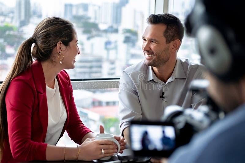 Homme d'affaires dans le bureau parlant et souriant pendant l'entrevue d'entreprise image stock