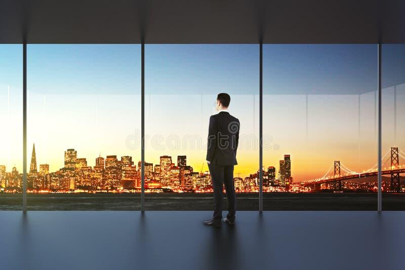 Homme d'affaires dans le bureau vide regardant le bel horizon photographie stock