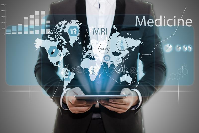 Homme d'affaires dans le comprimé noir de participation de main de costume Infographics médical sur l'écran virtuel vide de fond  images stock