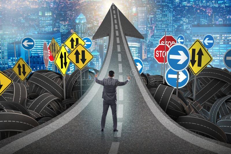 Homme d'affaires dans le concept d'incertitude sur le crossroa d'intersection de route illustration stock