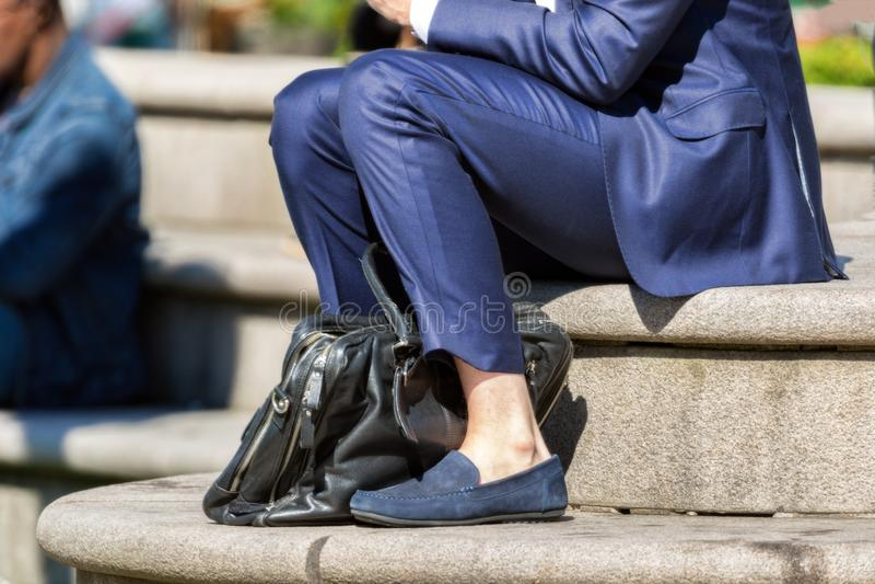 Homme d'affaires dans le costume bleu dehors en été aucune chaussettes images libres de droits