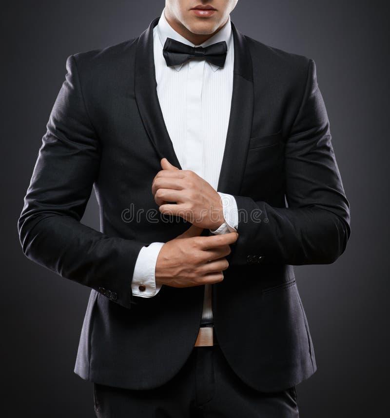 Homme d'affaires dans le costume sur un fond foncé photo stock