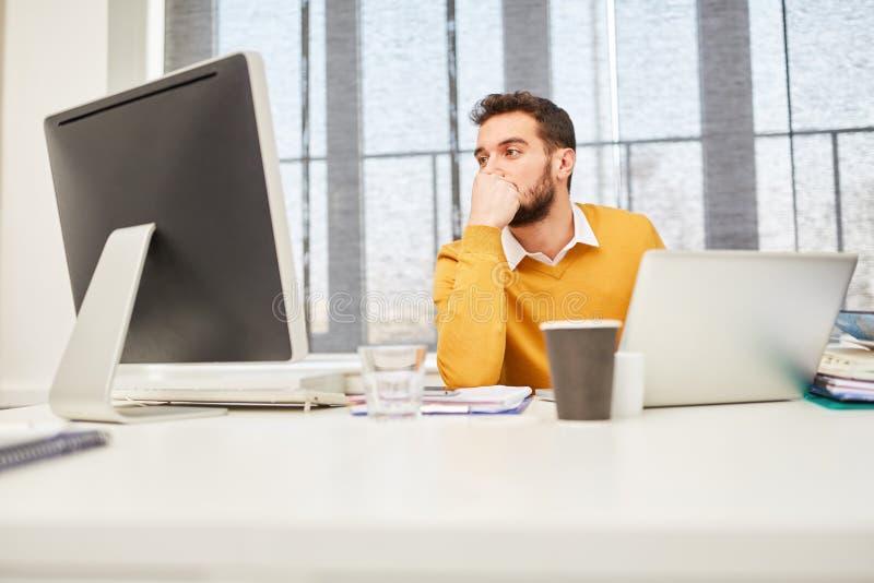 Homme d'affaires dans le démarrage d'Internet image libre de droits