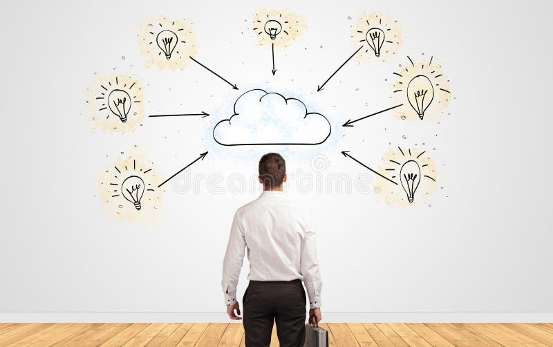 Homme d'affaires dans le doute regardant ? un mur avec le concept en ligne de supervision des travaux photographie stock