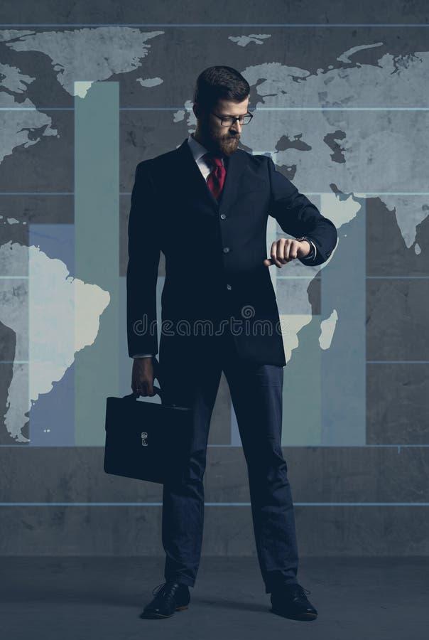 Homme d'affaires dans le formalwear au-dessus du fond fonc? Affaires, finances, carri?re et concept de bureau illustration libre de droits