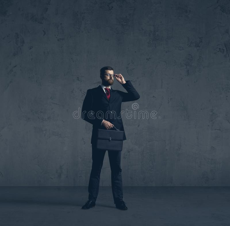 Homme d'affaires dans le formalwear au-dessus du fond fonc? Affaires, finances, carri?re et concept de bureau photographie stock libre de droits