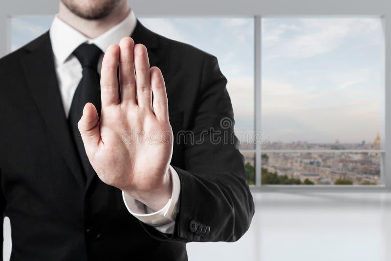 Homme d'affaires dans le geste d'arrêt de main de bureau photos libres de droits