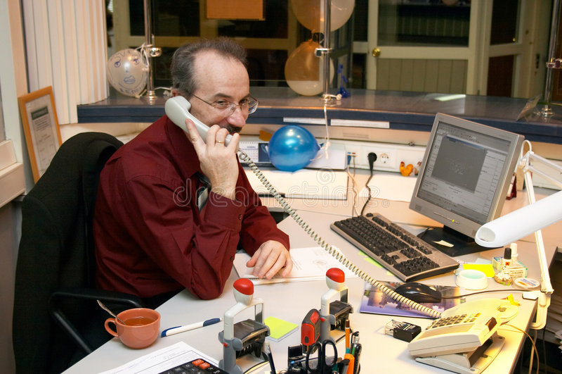 Homme d'affaires dans le lieu de travail photo stock