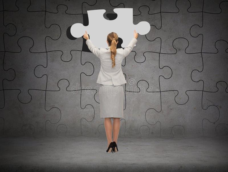 Homme d'affaires dans le morceau d'arrangement de costume de puzzle images stock