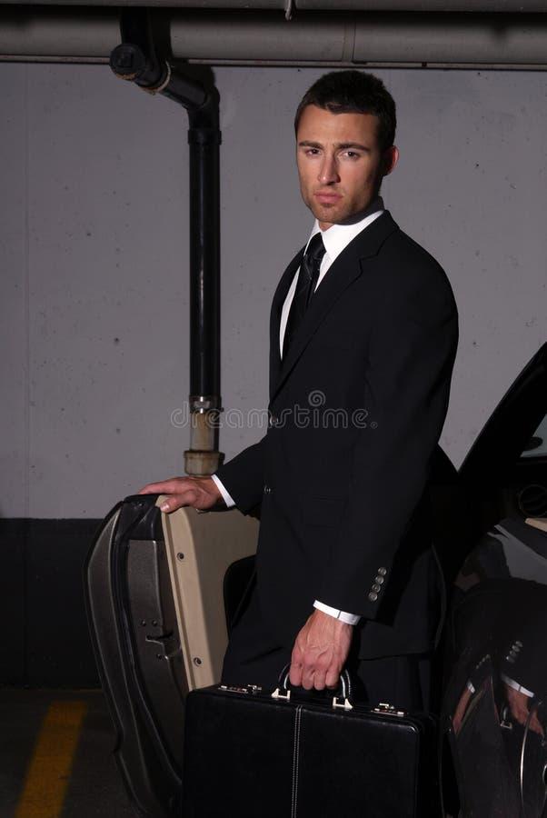 Homme d'affaires dans le parking photos stock