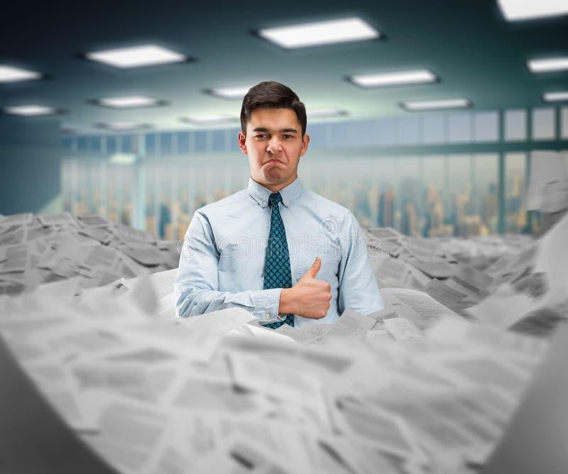 Homme d'affaires dans le tas des papiers photos libres de droits