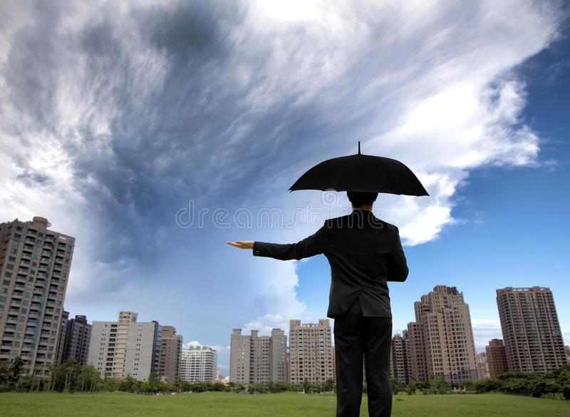 Homme d'affaires dans les suites foncées avec le parapluie image libre de droits