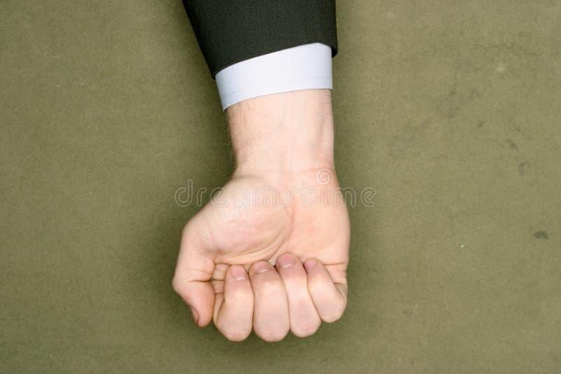 Homme d'affaires dans un costume serrant sa main photographie stock