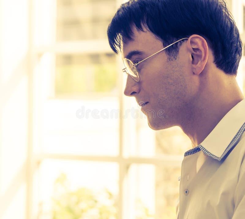 Homme d'affaires de confiance avec des verres image libre de droits