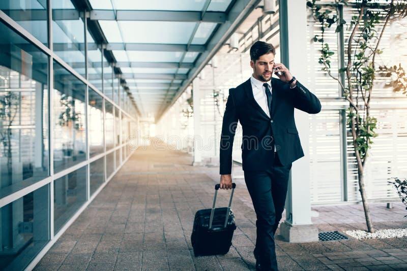 Homme d'affaires de déplacement faisant l'appel téléphonique photographie stock