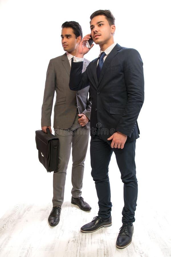 Homme d'affaires de deux jeunes dans les costumes images stock