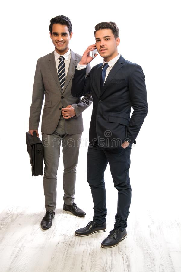 Homme d'affaires de deux jeunes dans les costumes photographie stock