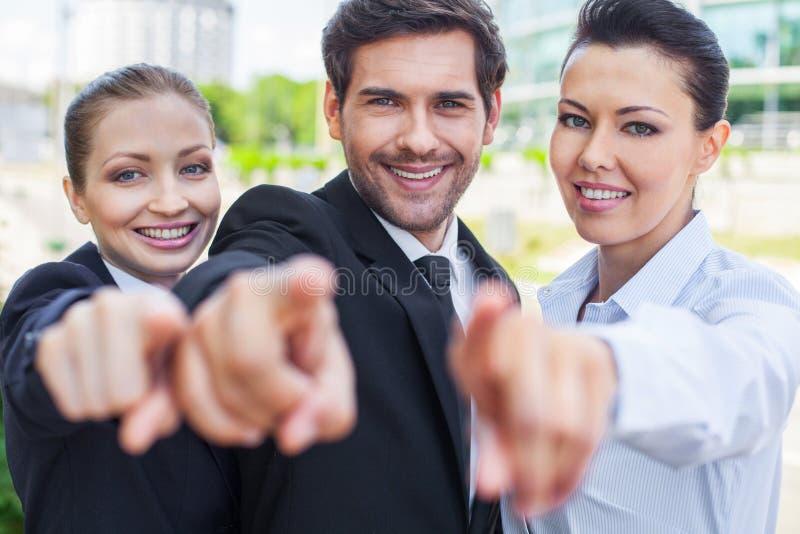 homme d'affaires de fond au-dessus des jeunes de sourire de femme blanc photos libres de droits