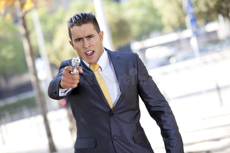 Homme d'affaires de garantie avec un pistolet photos libres de droits
