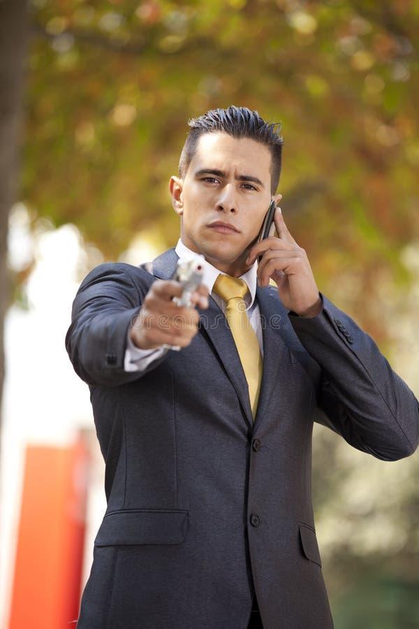 Homme d'affaires de garantie avec un pistolet images stock
