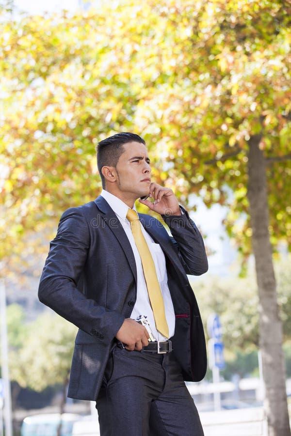 Homme d'affaires de garantie avec un pistolet images libres de droits