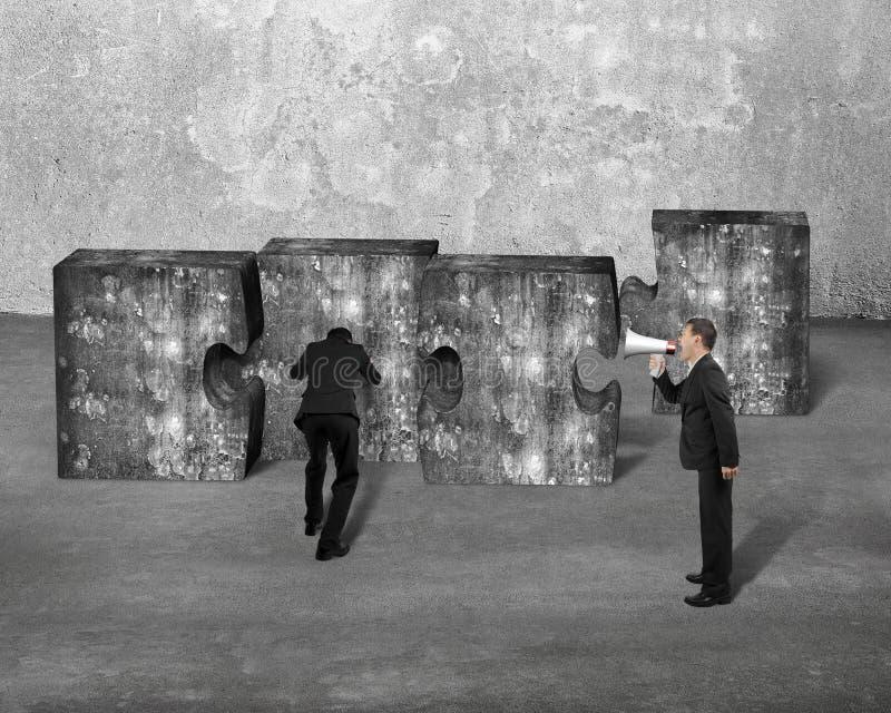 Homme d'affaires de hurlement de haut-parleur de directeur poussant le concre de puzzle denteux image libre de droits