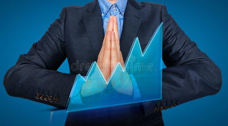 Homme d'affaires de jeune homme priant et souhaitant dur photos libres de droits