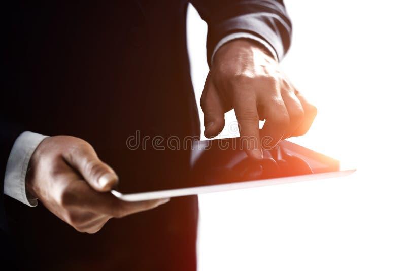 Homme d'affaires de main tenant le pavé tactile photos stock