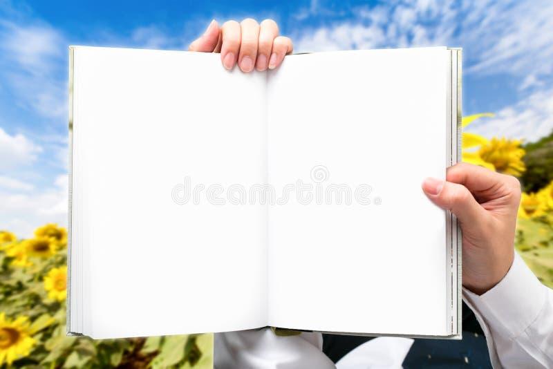 Homme d'affaires de main tenant les gisements verts extérieurs de livre image libre de droits