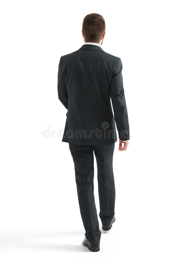 Homme d'affaires de marche dans le costume noir image stock