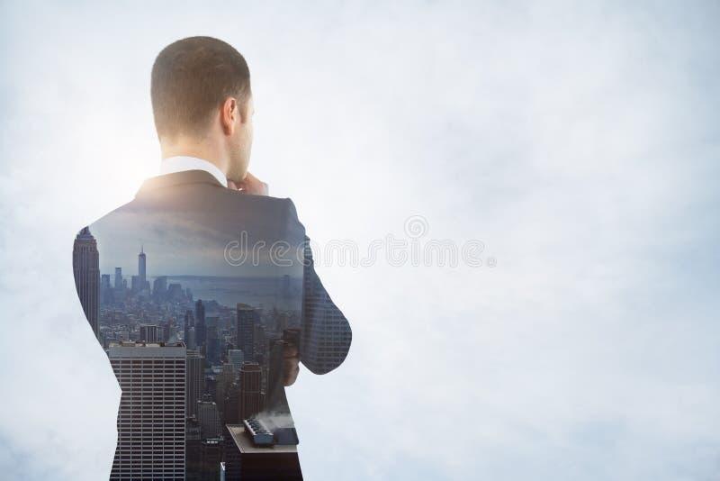 Homme d'affaires de pensée dans la ville images libres de droits