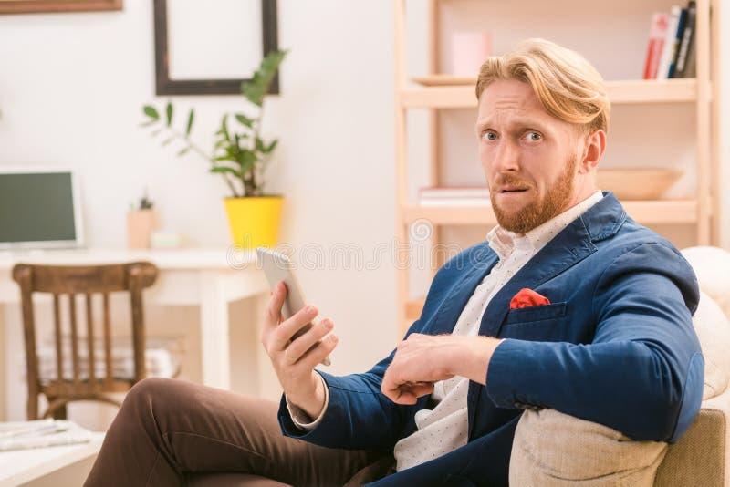 Homme d'affaires de Rich European utilisant le téléphone mobile ou intelligent photos stock