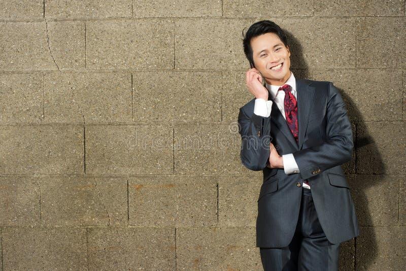 Homme d'affaires de sourire au téléphone image libre de droits