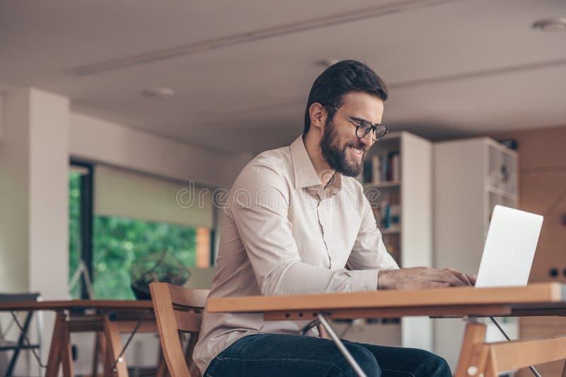 Homme d'affaires de sourire avec l'ordinateur portatif images libres de droits