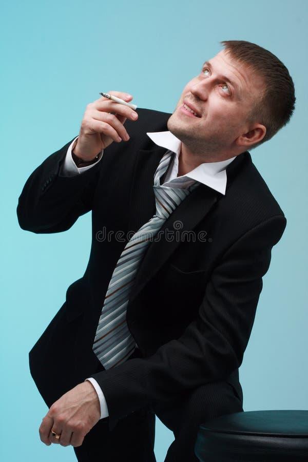 Homme d'affaires de sourire avec la cigarette photographie stock libre de droits