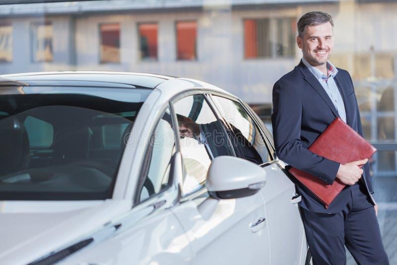 Homme d'affaires de sourire avec la nouvelle automobile image libre de droits