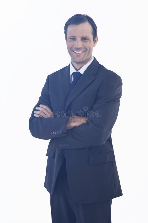 Homme d'affaires de sourire charismatique se tenant avec des bras croisés illustration de vecteur