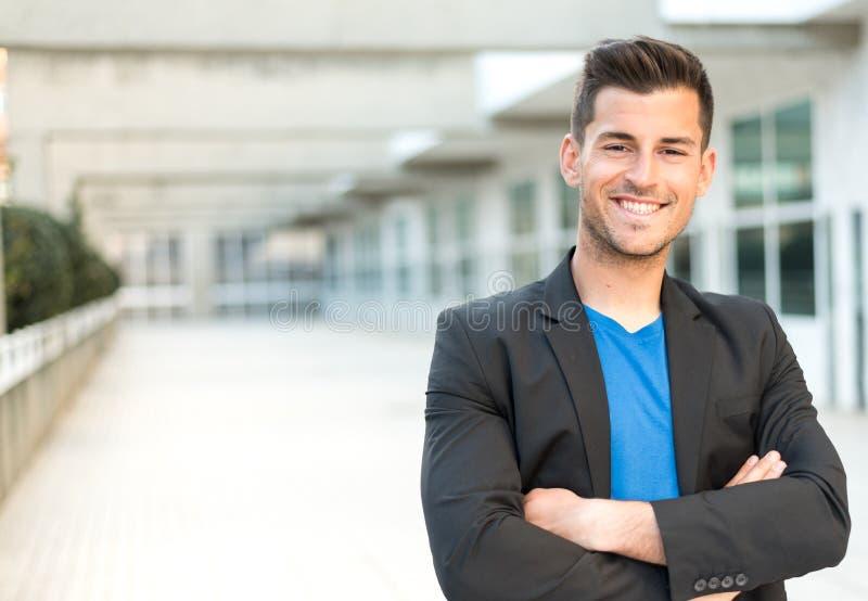 Homme d'affaires de sourire de bras croisé par homme images stock