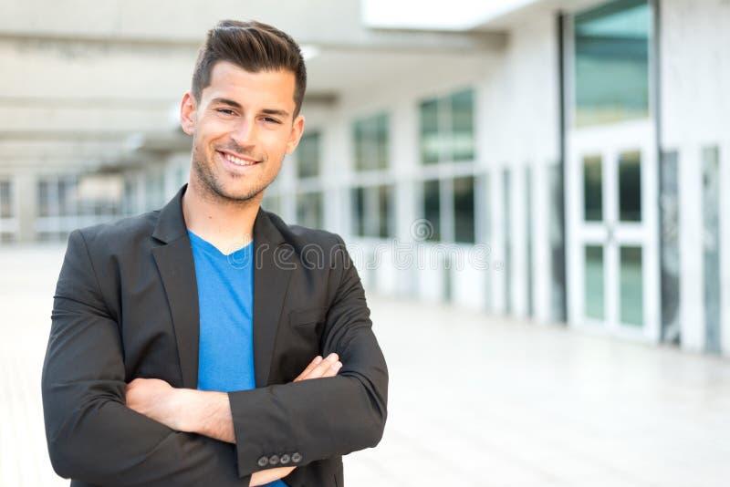 Homme d'affaires de sourire de bras croisé par homme photo stock