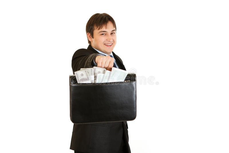 Homme d'affaires de sourire donnant la serviette avec de l'argent image stock