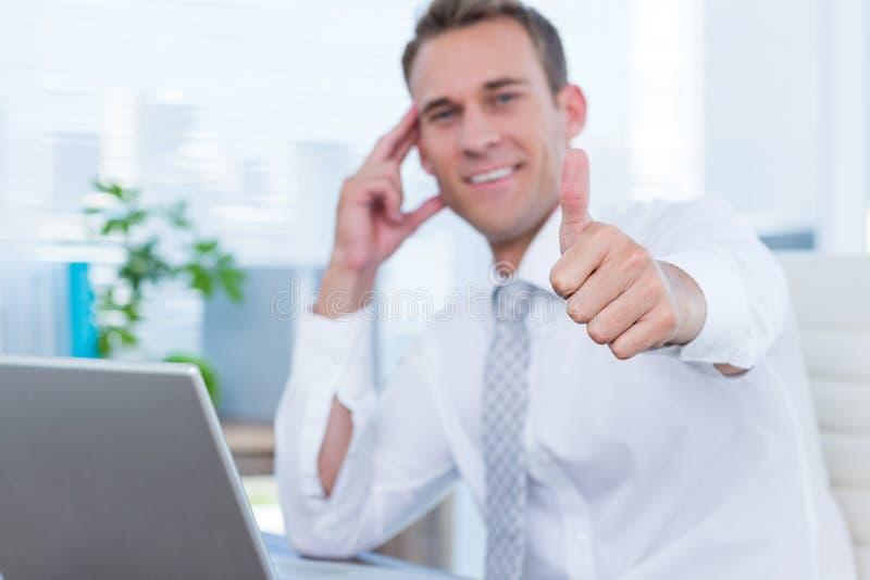 Download Homme D'affaires De Sourire Faisant Des Gestes Des Pouces Photo stock - Image du workplace, transmission: 56483972