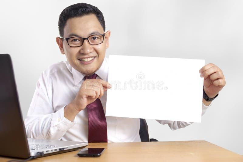 Homme d'affaires de sourire heureux Shows White Paper, Copyspace photos stock